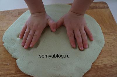 как сделать слепок ручки ребенка из соленого теста 1
